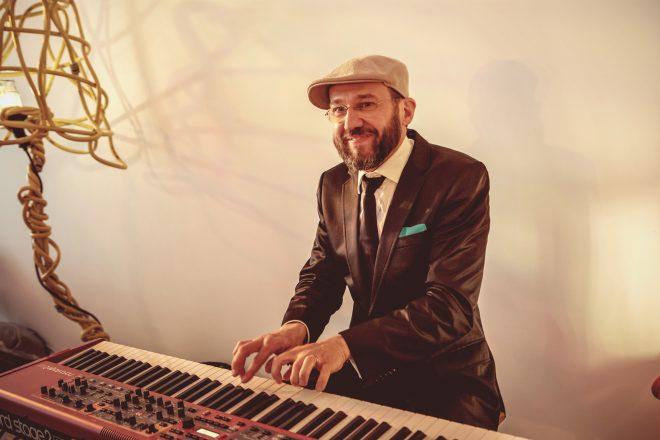 Pianist van jazztrio op een congres