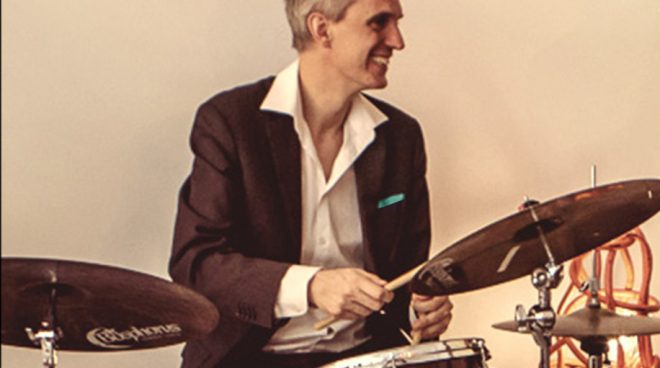 Drummer van jazzband voor achtergrondmuziek